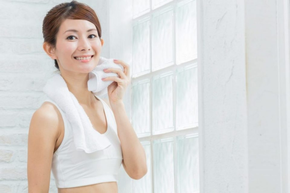 トレーニングの汗を拭く女性