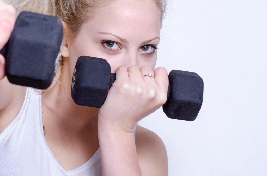 ダンベルトレーニングする女性