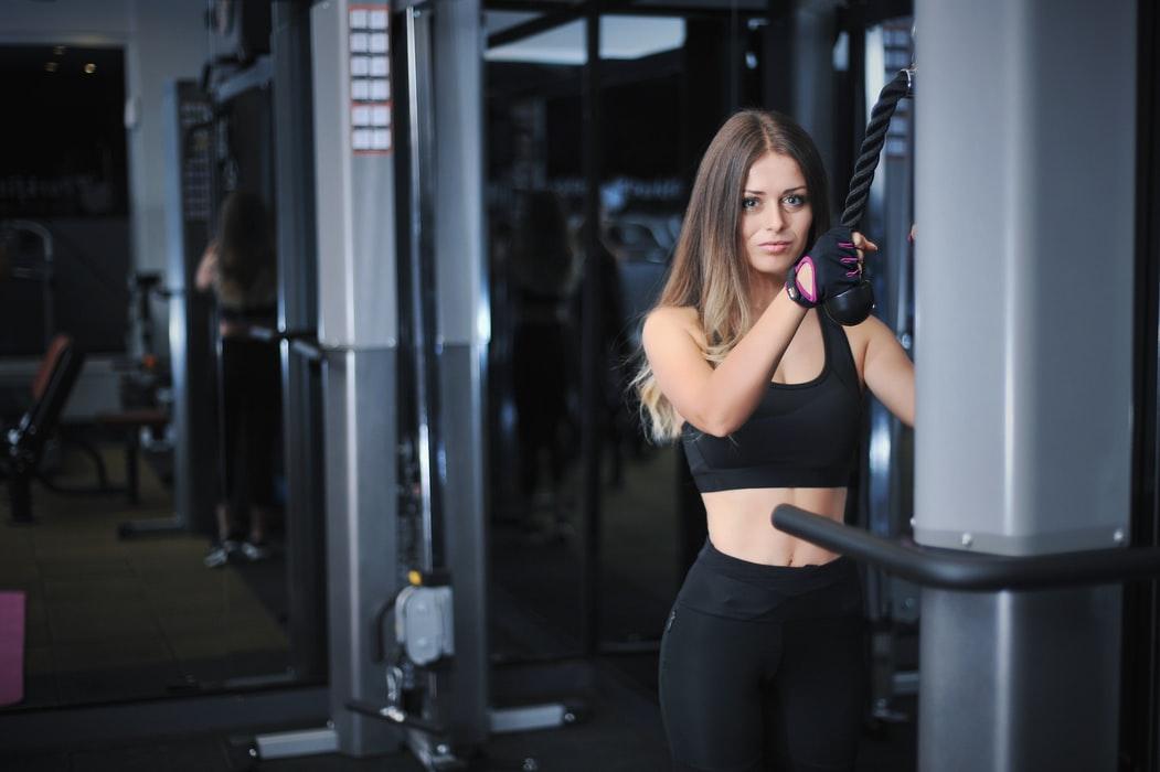 トレーニング器具を使う女性